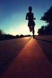 Funzionamento dell'atleta del corridore alla strada della spiaggia Fotografie Stock Libere da Diritti