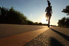Funzionamento dell'atleta del corridore alla strada della spiaggia Fotografie Stock