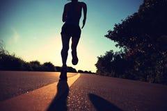 Funzionamento dell'atleta del corridore alla strada della spiaggia Immagini Stock Libere da Diritti