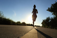 Funzionamento dell'atleta del corridore alla strada della spiaggia Immagine Stock Libera da Diritti