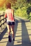 Funzionamento dell'atleta del corridore alla traccia del parco Immagini Stock Libere da Diritti