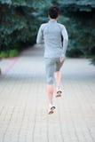 Funzionamento dell'atleta del corridore sul vicolo della città lavoro pareggiante di forma fisica della donna Fotografie Stock Libere da Diritti