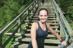 Funzionamento dell'atleta del corridore sulle scale Forma fisica della donna Fotografia Stock