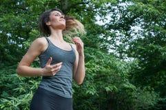 Funzionamento dell'atleta femminile sul parco Fotografia Stock
