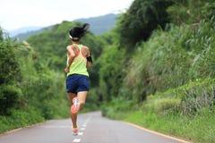 Funzionamento dell'atleta sulla traccia della foresta concetto pareggiante di benessere di allenamento di forma fisica della donn Immagini Stock Libere da Diritti