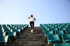 Funzionamento dell'atleta sulle scale concetto pareggiante di benessere di allenamento di forma fisica della donna Fotografie Stock Libere da Diritti