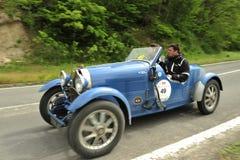Funzionamento dell'automobile di Bugatti nella corsa di Mille Miglia immagini stock libere da diritti