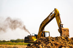 Funzionamento dell'escavatore a cucchiaia rovescia del caricatore Fotografia Stock Libera da Diritti