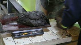 Funzionamento dell'espulsore in una pianta della plastica archivi video