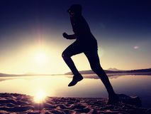 Funzionamento dell'uomo al mare di mattina Ogni allenamento di mattina di giorno Fotografia Stock