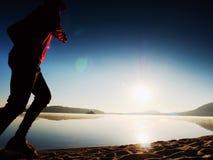 Funzionamento dell'uomo al mare di mattina Ogni allenamento di mattina di giorno Immagini Stock Libere da Diritti