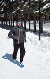 Funzionamento dell'uomo che pareggia nell'inverno Forest Snow fotografia stock libera da diritti