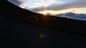 Funzionamento dell'uomo della siluetta al tramonto stock footage
