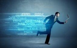 Funzionamento dell'uomo di affari con il concetto di dati e del dispositivo Immagine Stock