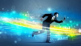 Funzionamento dell'uomo di affari nel concetto alta tecnologia dell'onda Immagini Stock