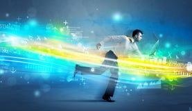 Funzionamento dell'uomo di affari nel concetto alta tecnologia dell'onda Fotografia Stock