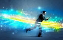 Funzionamento dell'uomo di affari nel concetto alta tecnologia dell'onda Immagini Stock Libere da Diritti