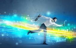 Funzionamento dell'uomo di affari nel concetto alta tecnologia dell'onda Fotografia Stock Libera da Diritti