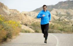 Funzionamento dell'uomo di sport sul paesaggio asciutto del deserto nello stile di vita sano di forma fisica Fotografia Stock