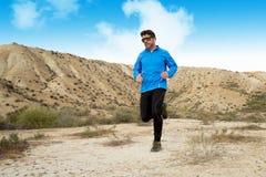 Funzionamento dell'uomo di sport sul paesaggio asciutto del deserto nello stile di vita sano di forma fisica Fotografie Stock