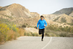 Funzionamento dell'uomo di sport sul paesaggio asciutto del deserto nello stile di vita sano di forma fisica Immagini Stock Libere da Diritti