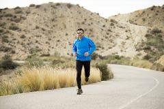 Funzionamento dell'uomo di sport sul paesaggio asciutto del deserto nello stile di vita sano di forma fisica Fotografia Stock Libera da Diritti