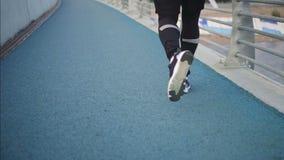 Funzionamento dell'uomo di Triathlete in caso di triathlon che si prepara per il ironman video d archivio