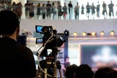 Funzionamento dell'uomo di Videographer immagini stock libere da diritti