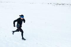 Funzionamento dell'uomo sulla neve Fotografie Stock Libere da Diritti