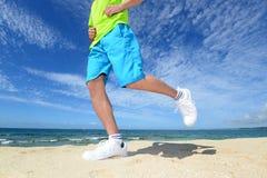 Funzionamento dell'uomo sulla spiaggia Immagine Stock