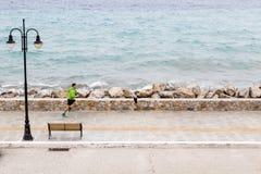 Funzionamento dell'uomo sulla via della città alla spiaggia Immagine Stock Libera da Diritti
