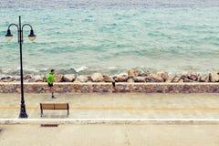 Funzionamento dell'uomo sulla via della città alla spiaggia Immagini Stock Libere da Diritti