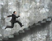 Funzionamento dell'uomo sulle vecchie scale concrete sporche Fotografie Stock