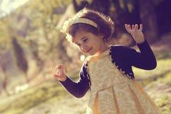 Funzionamento della bambina e giocare nel parco Immagine Stock