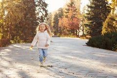 Funzionamento della bambina nel parco di autunno Immagine Stock Libera da Diritti