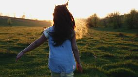 Funzionamento della bambina a partire dalla macchina fotografica al tramonto archivi video