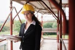 Funzionamento della donna adulta come architetto In Construction Site fotografie stock