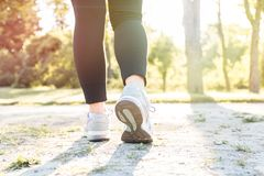 Funzionamento della donna al tramonto in parco Forma fisica e allenamento Immagine Stock
