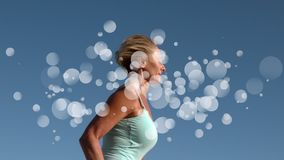 Funzionamento della donna circondato da effetto bianco delle bolle archivi video