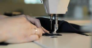 Funzionamento della donna come stilista con la macchina per cucire in studio stock footage