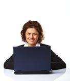 funzionamento della donna del ritratto del computer portatile di affari Fotografia Stock Libera da Diritti