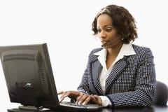 Funzionamento della donna di affari. Immagine Stock
