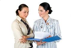 Funzionamento della donna di affari due Immagine Stock