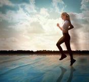 Funzionamento della donna di esercitazione di forma fisica Immagini Stock