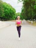 Funzionamento della donna di forma fisica nel parco, nell'allenamento femminile del corridore, nello sport e nello stile di vita  Fotografia Stock Libera da Diritti