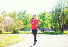 Funzionamento della donna di forma fisica nel parco, nell'allenamento femminile del corridore, nello sport e nello stile di vita  Immagini Stock Libere da Diritti