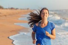 Funzionamento della donna di forma fisica sulla spiaggia Immagine Stock Libera da Diritti