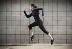 Funzionamento della donna durante l'allenamento Immagine Stock Libera da Diritti