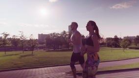 Funzionamento della donna e dell'uomo nel parco della città archivi video