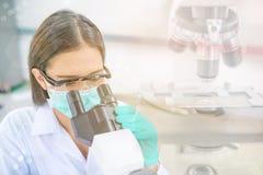 Funzionamento della donna o del chimico di medico Fotografia Stock